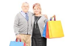 Dorośleć mężczyzna i kobiety mienia torba na zakupy Fotografia Royalty Free