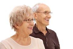 Dorośleć mężczyzna i kobiety patrzeje w odległości Zdjęcie Stock