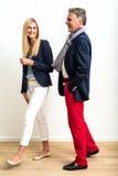 Dorośleć mężczyzna i młodej kobiety flirtować zdjęcia stock