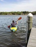 Dorośleć mężczyzna Kayaking dla zabawy i sprawności fizycznej zdjęcie stock