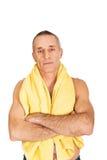 Dorośleć mężczyzna mienia ręcznika wokoło szyi Zdjęcia Royalty Free