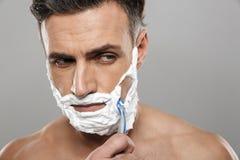 Dorośleć mężczyzna nagiego golenie Fotografia Stock