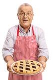 Dorośleć mężczyzna oferuje świeżo piec kulebiaka Zdjęcie Stock
