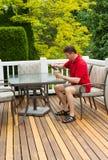 Dorośleć mężczyzna pije piwo outdoors Obrazy Stock