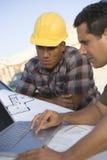 Dorośleć mężczyzna Pracuje Na laptopie Z współpracownikiem Fotografia Royalty Free