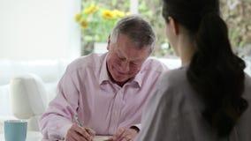 Dorośleć mężczyzna spotkania Z Żeńskim Pieniężnym Advisor zbiory wideo