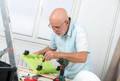 Dorośleć mężczyzna używa śrubokręt w domu zdjęcia royalty free