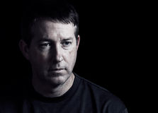 Dorośleć mężczyzna wyraża negatywne emocje na ciemnym tle Fotografia Stock