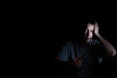 Dorośleć mężczyzna wystawia depresję podczas gdy pijący na ciemnym backgrou zdjęcie stock
