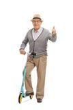Dorośleć mężczyzna z hulajnoga daje kciukowi up Zdjęcia Stock