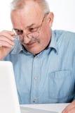 Dorośleć mężczyzna z laptopem fotografia royalty free