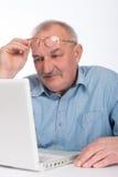 Dorośleć mężczyzna z laptopem obraz royalty free
