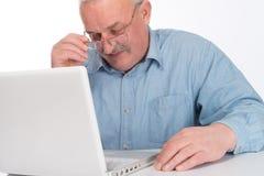 Dorośleć mężczyzna z laptopem zdjęcie stock