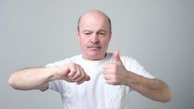 Dorośleć mężczyzny pokazuje różnych gesty zbiory wideo
