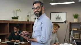 Dorośleć mieszał biegowego biznesowego mężczyzny używa cyfrową pastylkę zbiory wideo