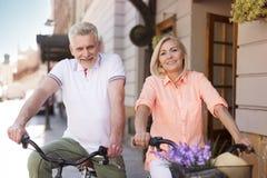 Dorośleć pary na rowerach outdoors zdjęcia royalty free
