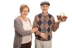 Dorośleć pary pozuje z małym zakupy koszem Zdjęcie Stock