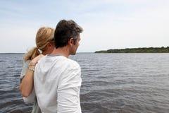 Dorośleć pary pozycję jeziorną podziwia naturą Obrazy Royalty Free