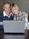 Dorośleć pary używać laptop zdjęcie stock