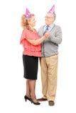 Dorośleć pary z partyjny kapeluszy tanczyć Obrazy Royalty Free
