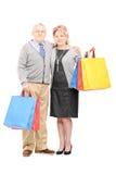 Dorośleć torba na zakupy i patrzeć kamerę mężczyzna i kobiety Zdjęcie Stock