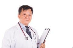 Dorośleć, ufny Azjatycki męski lekarz medycyny z stetoskopem, w Obrazy Royalty Free