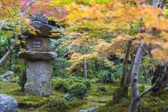 Doro de Kasuga o linterna de la piedra en jardín del arce japonés durante otoño en el templo de Enkoji, Kyoto, Japón Imagen de archivo