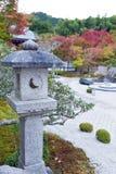 Doro di Kasuga o lanterna della pietra nel giardino giapponese di zen durante l'autunno al tempio di Enkoji, Kyoto, Giappone Fotografia Stock