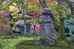 Doro Kasuga или фонарик камня в саде японского клена во время осени на виске Enkoji, Киото, Японии стоковая фотография rf