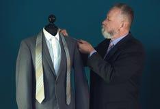 Doro?le? krawczyny bierze pomiary kurtka na mannequin w atelier zdjęcie stock