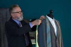 Doro?le? krawczyny bierze pomiary kurtka na mannequin w atelier zdjęcie royalty free