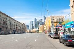 Dorogomilovskaya ulica podczas midday z nowym wysokim Międzynarodowym Pieniężnym okręgiem Fotografia Stock