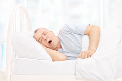 Dorośleć mężczyzna dosypianie w wygodnym łóżku Zdjęcie Royalty Free