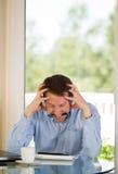Dorośleć mężczyzna stresuje się out przy pracą Obrazy Stock