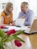 Dorośleć pary Z rachunkami, kalkulatora I laptopu, Obrazy Royalty Free