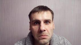 Dorosły agresywny mężczyzna z nerwową twarzą gubi jego hartowność zbiory