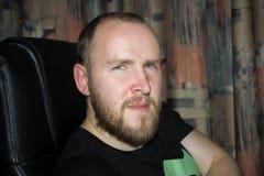 Dorosły mężczyzna swobodnie sadza w popierającym komputerowym krześle, słucha attentively zdjęcia royalty free