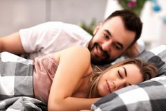 Dorosła atrakcyjna para w łóżku Zdjęcie Royalty Free
