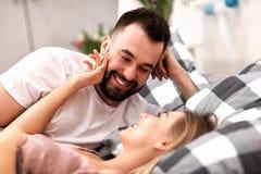 Dorosła atrakcyjna para w łóżku Zdjęcia Stock