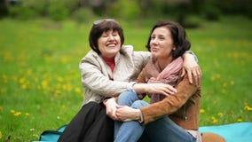 Dorosła córka z Jej matką Siedzi na koc Podczas pinkinu w parku Dwa kobiety Cieszą się zdjęcie wideo