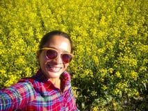 Dorosła kobieta Bierze Selfie Canola pole Alberta fotografia stock