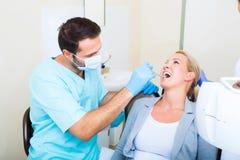 Dorosła kobieta dostaje jej checkup przy dentystą obraz stock
