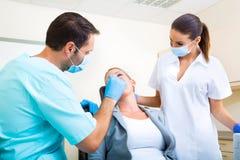 Dorosła kobieta dostaje jej checkup przy dentystą obraz royalty free
