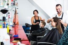Dorosła kobieta dostaje uczesanie męski fryzjer Obrazy Stock