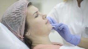 Dorosła kobieta na twarzy lekarka trzyma wtryskową strzykawkę w rękawiczkach zbiory