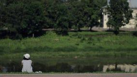 Dorosła kobieta oddycha powietrze w Panama obsiadaniu na brzeg rzeki, odpoczywający, zbiory wideo