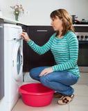 Dorosła kobieta robi pralni Zdjęcia Royalty Free