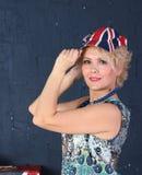 Dorosła kobieta w zrzeszeniowej dźwigarki nakrętce Zdjęcia Royalty Free
