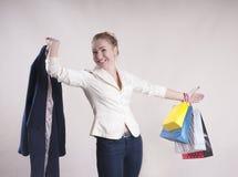 Dorosła kobieta z pakunkami dla robić zakupy pracownianej modnej osoby zdjęcie stock
