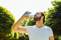 Dorosła mężczyzna woda pitna od butelki outside zdjęcie stock